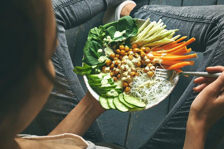 piatto di verdure per dieta crudista