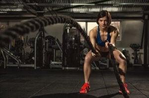 donna che si allena con corda da battaglia