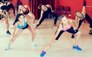 donne che fanno ginnastica in sala