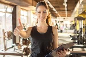 una brava personal trainer aiuta negli obiettivi fitness