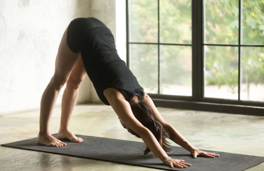 ragazza fa yoga a casa