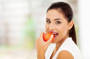 ragazza mangia una mela