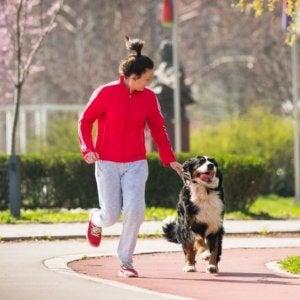padrona e cane corrono insieme