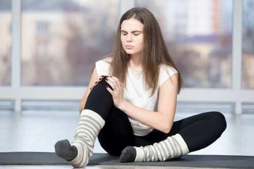 Ragazza infortunata al ginocchio