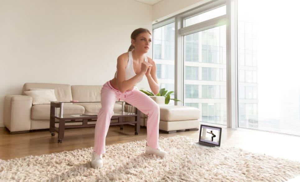 ragazza fa squat in casa