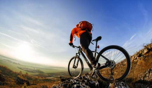 Uomo pedala in mountain bike