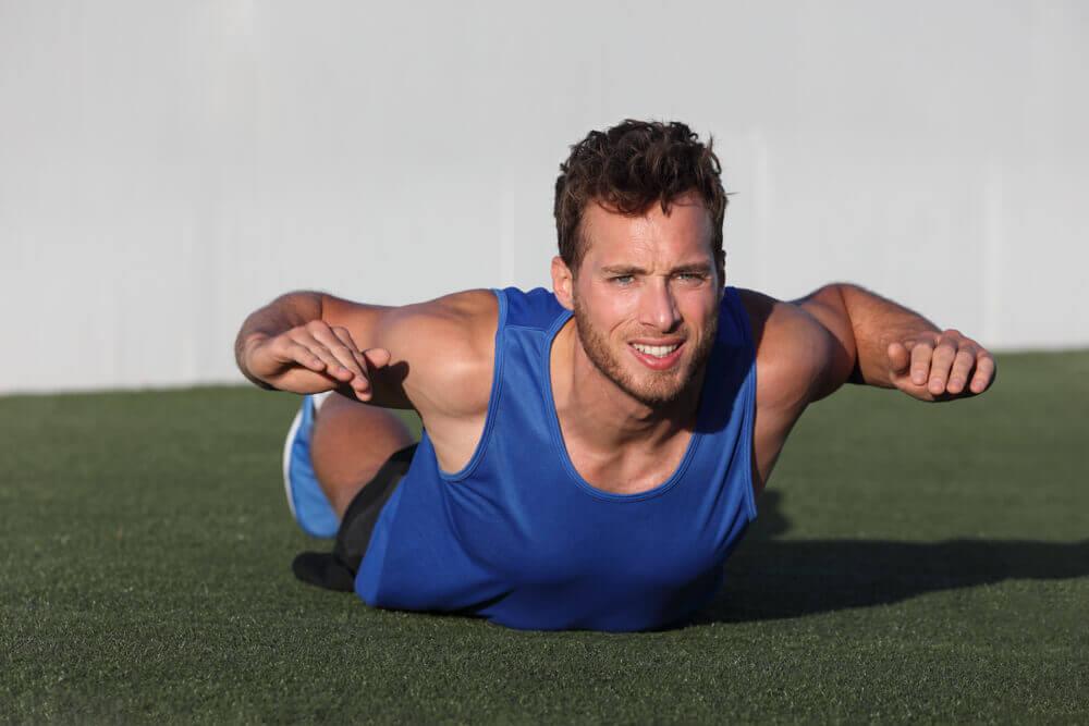 uomo fa superman per allenarsi