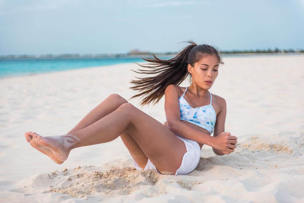 Addominali obliqui sulla spiaggia