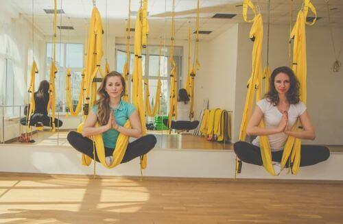 Donne praticano esercizi antigravity yoga