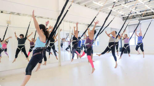 Donne fanno airfit in palestra