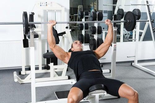Il press su panca in base alla posizione del corpo