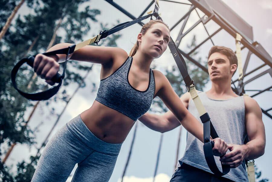 Ragazza che sfrutta i benefici dello allenamento in sospensione per allenare il petto