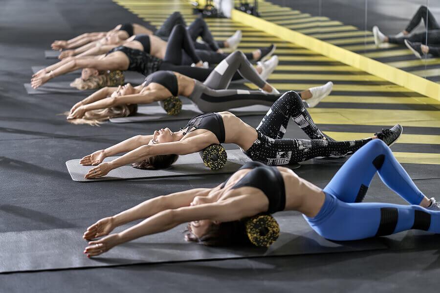Donne fanno stretching con foam roller