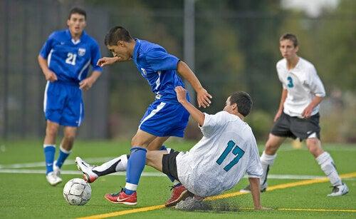 Difensore recupera un pallone durante una partita.