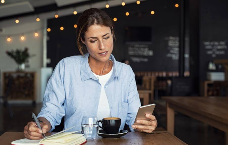 Donna che beve una tazza di caffè