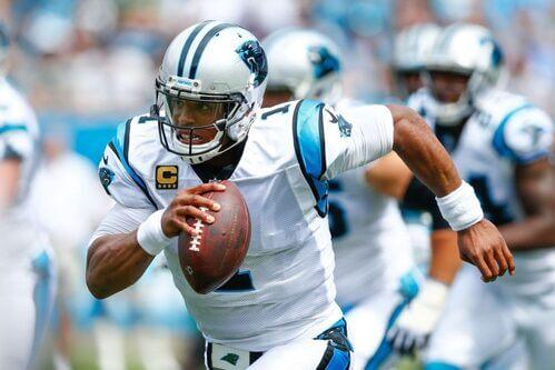 Giocatore di football americano corre con la palla.