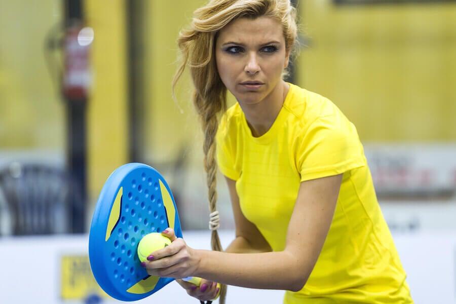 Donna che gioca a padel