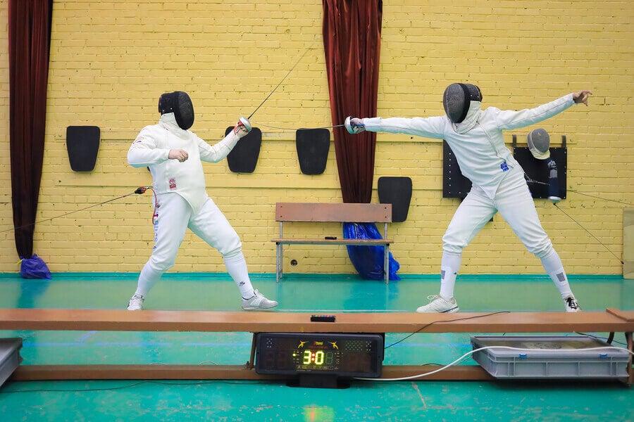 Combattimento di scherma, tra i più noti sport olimpici individuali.