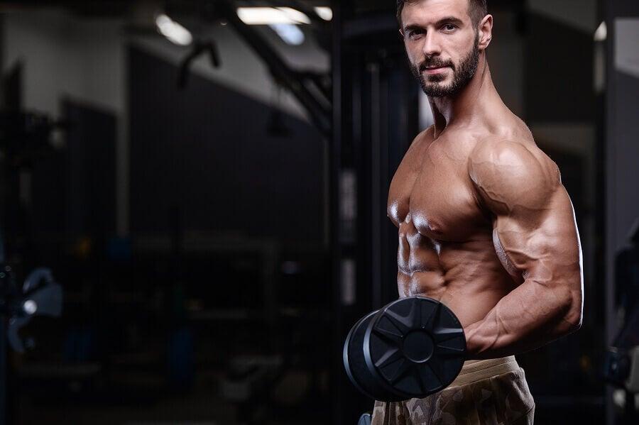 Uomo muscoloso con pesi