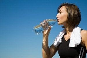 Bere acqua aiuta ad alleviare i dolori dopo aver fatto esercizio