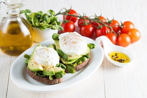 Colazione sana con avocado e pane