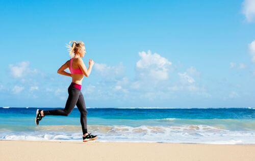 Ragazza corre sulla spiaggia