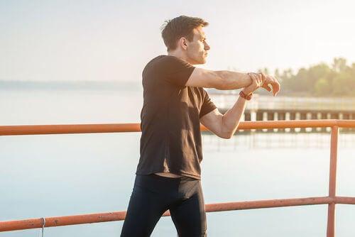 Uomo fa stretching prima di fare sport