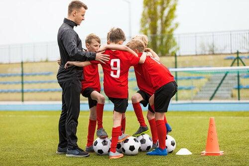 Coach che allena i bambini.