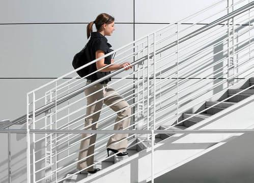 Donna che sale le scale