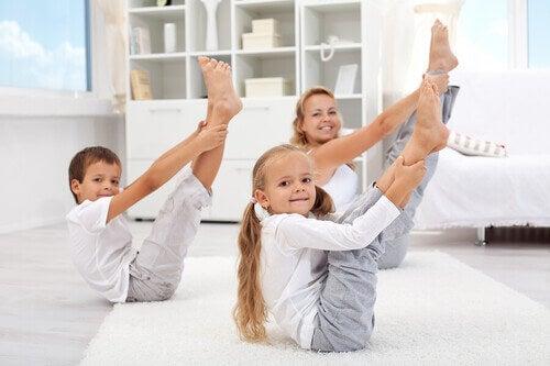 Famiglia che fa yoga