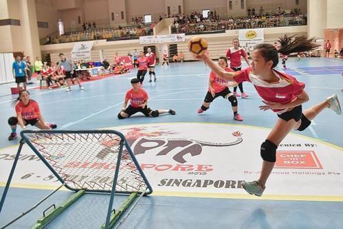 Bambini che giocano a tchoukball, sport alternativi