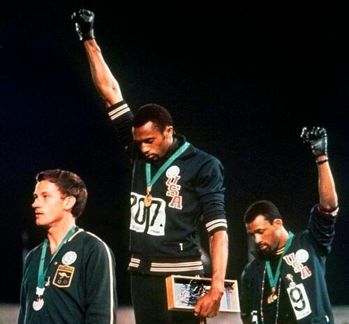 """Il saluto del """"black power"""" alle Olimpiadi del '68"""