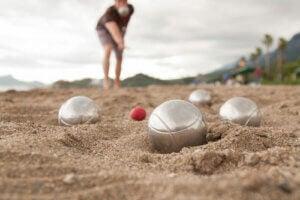 Giocare a bocce in spiaggia