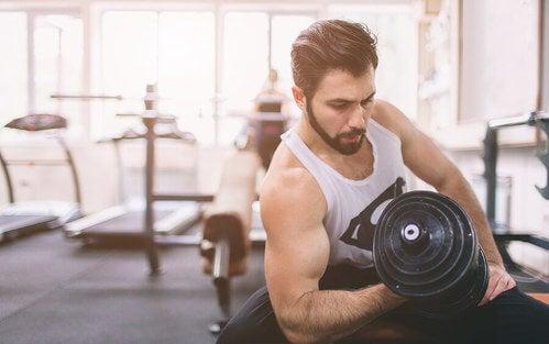 Fare pesi per allenare le braccia