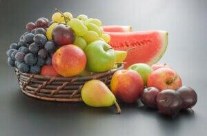 Frutta su un tavolo.