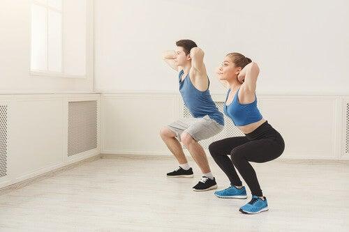 Squat: coppia si allena a casa