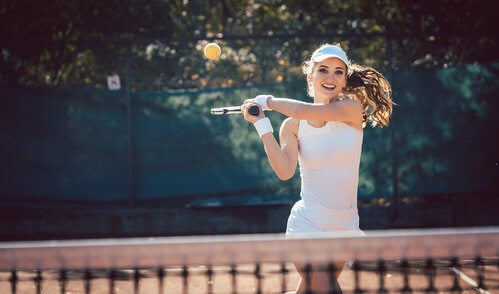 Donna gioca a tennis all'aperto