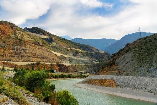 Coruh Turchia: fiume che scorre in mezzo a una valle: migliori fiumi per fare rafting