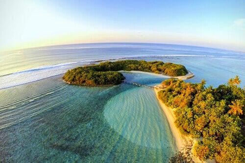 Maldive: isola paradisiaca con mare cristallino