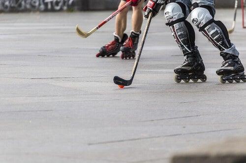 Ragazzi giocano a hockey con i rollerblade