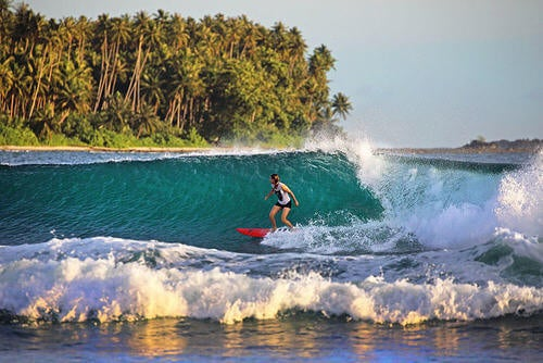Spiaggia lagundri con ragazza che fa surf