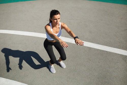 Allenamento funzionale: donna che fa uno squat.