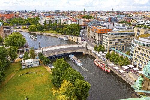 Berlino: vista sul fiume con battello