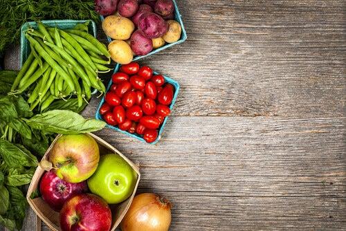 Frutta e verdura in dei cestini