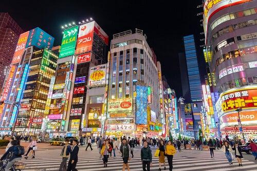 Tokyo: palazzi con pubblicità colorate. Una delle città dove si respira sport