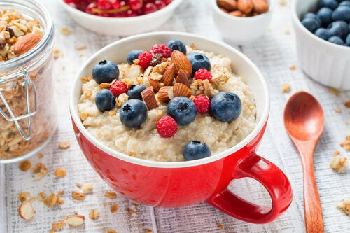 Colazione salutare con frutta fresca e secca