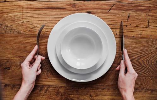 Digiuno intermittente: piatto su un tavolo di legno