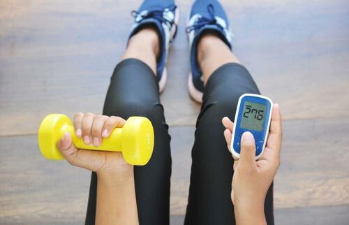 Ragazza misura il livello di glucosio nel sangue e fa sport