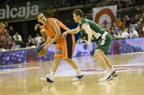 Giocatori giocano una partita di basket della Lega spagnola.