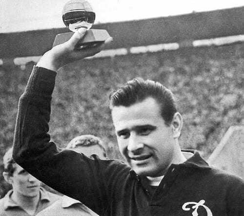 Lev Yashin con un trofeo in mano